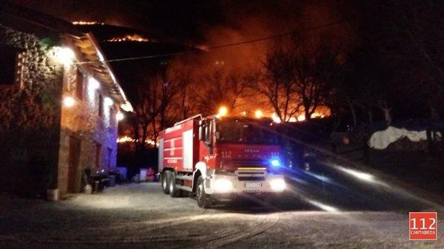 Las llamas cerca de una vivienda en La Alcomba