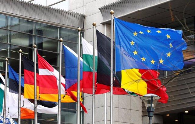 Bandera de la UE y otras frente al Parlamento Europeo