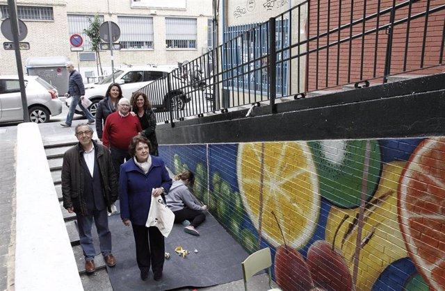 Estudiantes pintan murales en el mercado de Los Remedios
