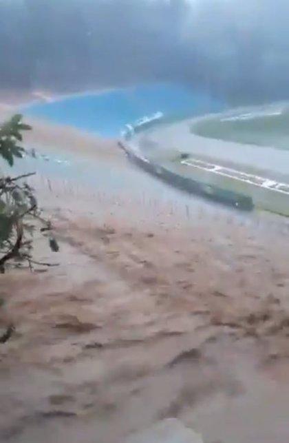 Las torrenciales lluvias provocan la inundación y evacuación de un estadio de fútbol en el estado brasileño de Bahía