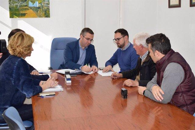 El alcalde firma los nuevos contratos