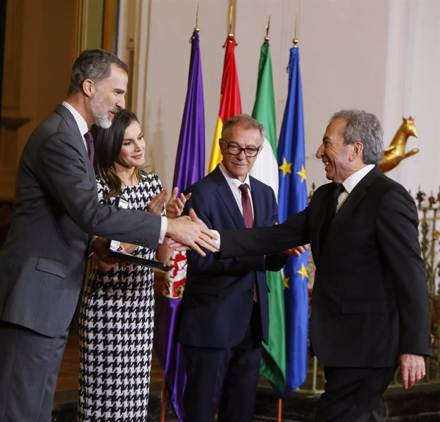 José Luis Perales saluda al Rey ante la Reina y Guirao (dcha.) en la entrega de
