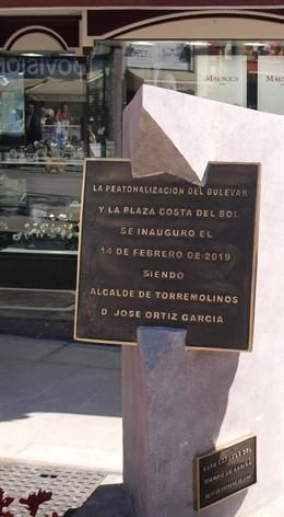 Placas con errores gramaticales y faltas de ortografía en nuevas placas plaza co