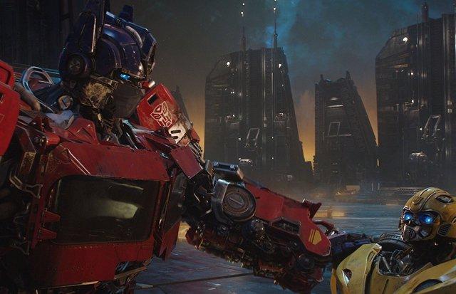 Bumblebee y Optimus Prime, personajes de Transformers