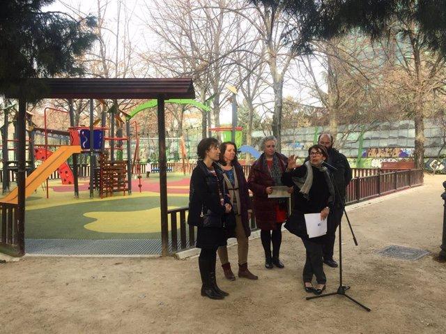 Inés Sabanés, Pablo Carmona y técnicos municipales visitan los parques Breogán y