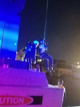 Los bomberos de San Diego rescatan a 16 personas atrapadas en el teleférico del