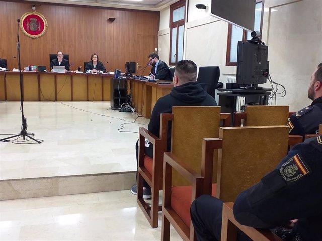 El acusado de prender fuego a una vivienda en Menorca, en el juicio