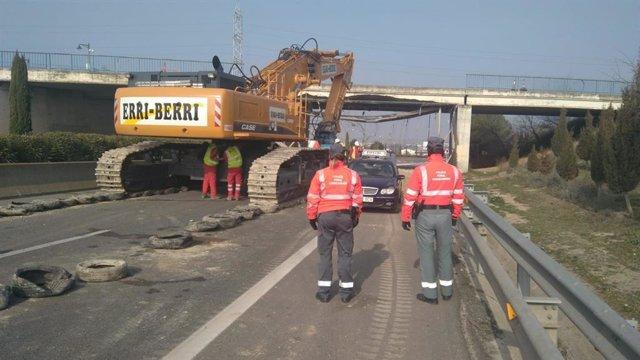 Agentes de Policía Foral supervisan el derribo del puente de la N-121-C