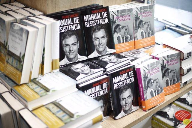 Sale a la venta 'Manual de Resistencia', el libro del presidente del Gobierno, Pedro Sánchez