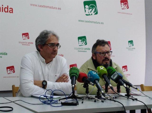 Coordinador general de IU Extremadura, Joaquín Macías (izq) y el secretario de O