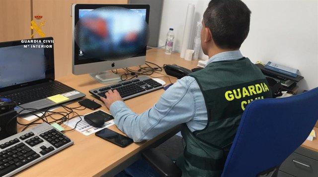 Un guardia civil con un ordenador en una imagen de archivo