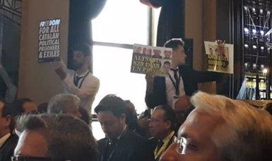 Mostren pancartes en favor dels presos independentistes en la inauguració del World Law Congress (Marta Fernández Jara - Europa Press)