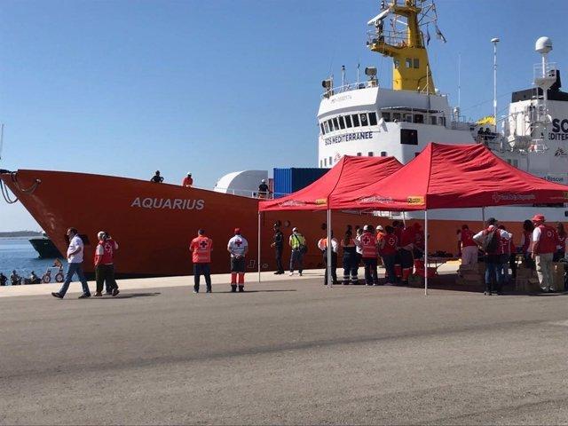 El Aquarius, recibido con una ovación en el Puerto de València
