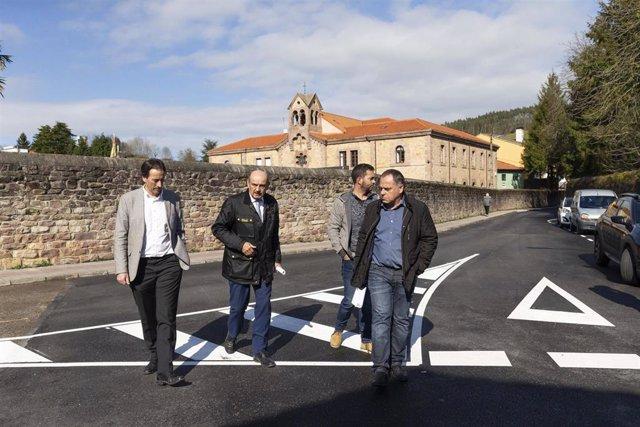 El consejero de Obras Públicas y Vivienda, José María Mazón, visita obras de mej