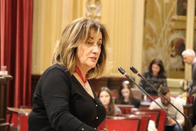 La consellera de Cultura, Fanny Tur, en el pleno del Parlament