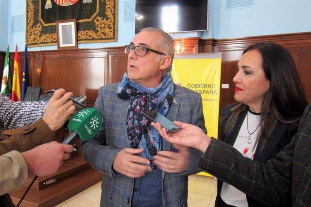 El presidente de la CHG, Joaquín Páez, atiende a los periodistas junto a la subd