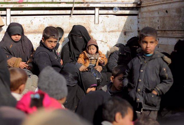 Civiles evacuados de Baghuz, ciudad controlada por el Estado Islámico, en el est