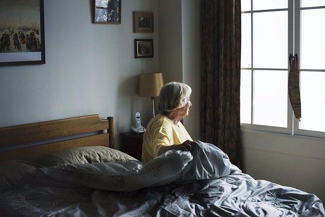 Anciana, mayor, mujer levantándose de la cama, madrugar, canas, sedentarismo