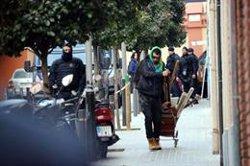 AMPLIACIÓ:Els Mossos desallotgen un bloc de Gràcia ocupat per un trentena persones, cinc d'elles menors (ACN)