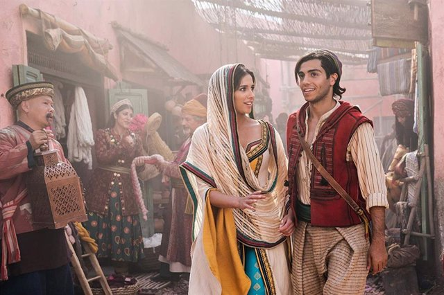 Naomi Scott y Mena Massoud en Aladdin