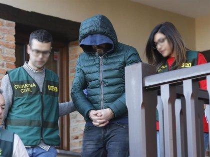 La Guardia Civil registra durante dos horas la casa de vacaciones del presunto inductor del asesinato de Ardines
