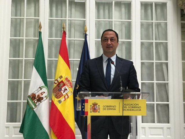 Alfonso Rodríguez Gómez de Celis atiende a los medios.