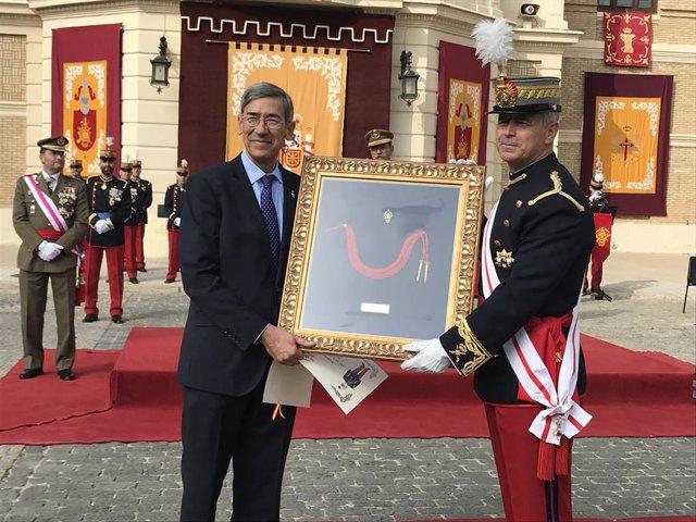 Entrega de la distinción de caballero cadete honorífico a José María Rivera.