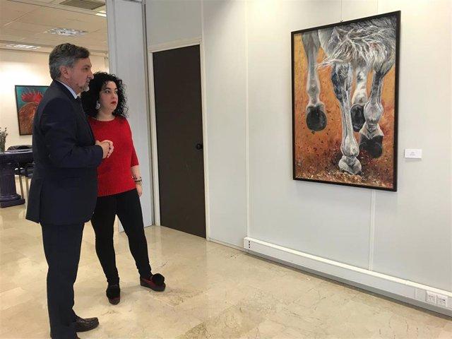 El diputado Ángel Escobar inaugura 'Esencias' con la pintora Ana M. García.