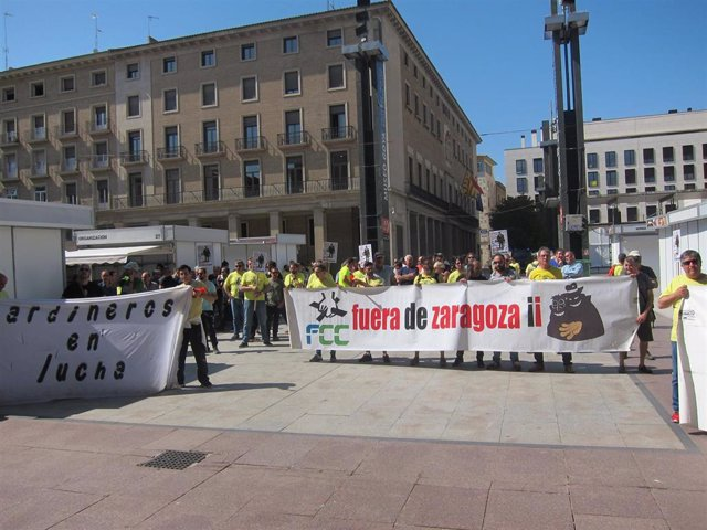 Trabajadores de FCC ante las puertas del Ayuntamiento