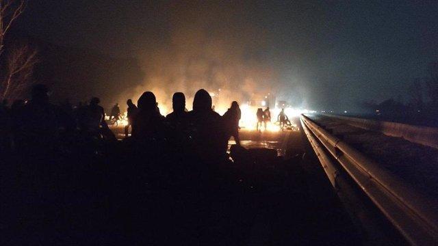 Els CDR tallen una desena de carreteres catalanes per la vaga