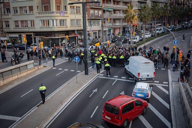 Manifestants tallen la ronda General Mitre de Barcelona per la vaga