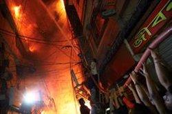 Ascendeix a 70 la xifra de morts a causa d'un incendi a Bangladesh en una zona residencial de Daca (REUTERS / MOHAMMAD PONIR HOSSAIN)