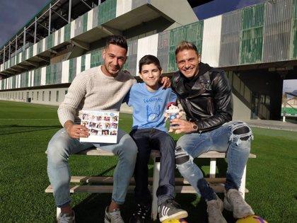 Los futbolistas Joaquín y Sergio León reclaman fondos para NUPA junto a un niño trasplantado de siete órganos