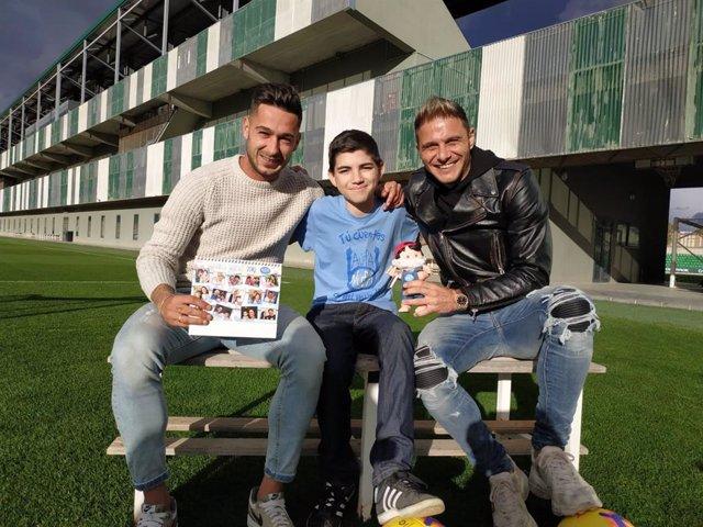 Los futbolistas Joaquín y Sergio León reclaman fondos para NUPA junto a un niño