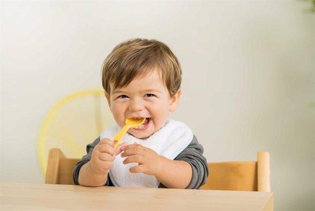 NIÑO COMIENDO UNA PAPILLA. Bebé Comiendo.