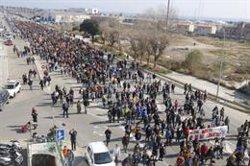 Més d'un miler de persones recorre el centre de Mataró i talla l'N-II pels