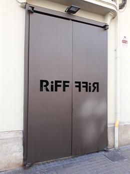 Puerta del restaurante Riff cerrado