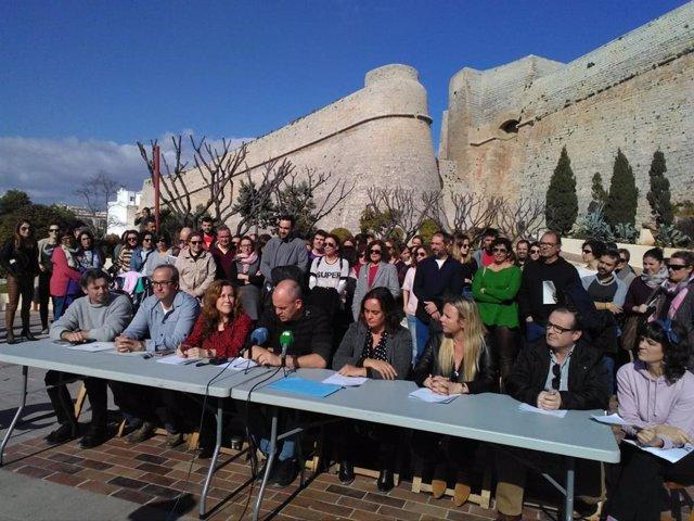 Un centenar de personas se concentra en Ibiza en apoyo al docente que se disfraz