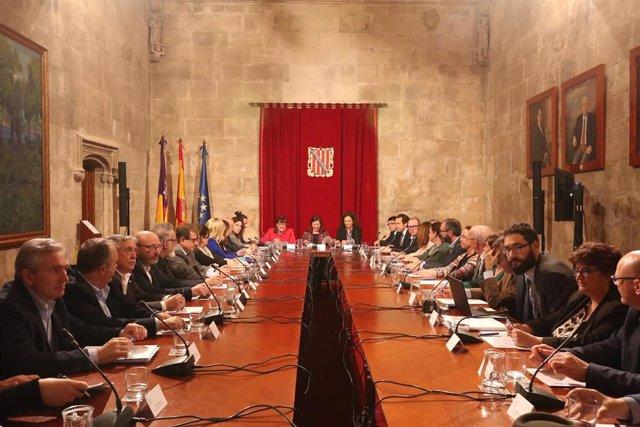 Reunión entre la presidenta del Govern, Francina Armengol, y agentes sociales, p