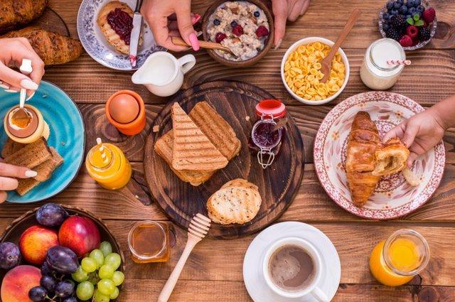 Desayuno, café, bollo, tostada y zumo