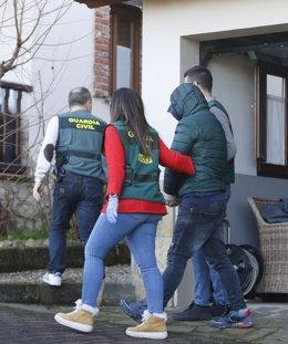 Registro policial del domicilio en la parroquía de Pría (LLanes) del presunto inductor del asesinato del concejal de IU de Llanes, Javier Ardines