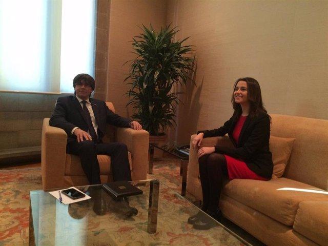 Imagen de archivo de una reunión entre Carles Puigdemont e Inés Arrimadas (Cs).