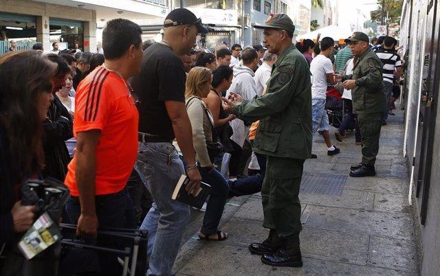 Militares vigilando las elecciones en Venezuela