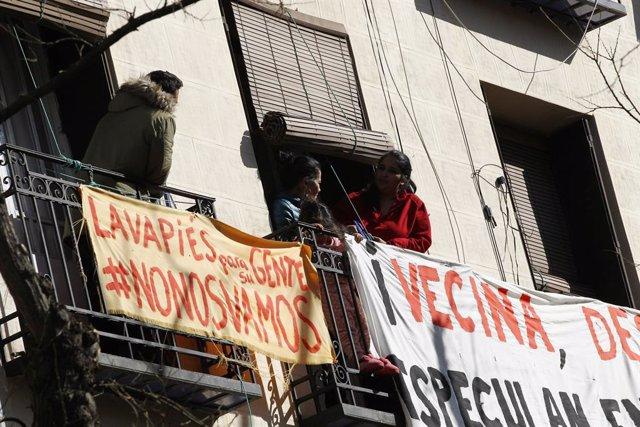 Balcons de Lavapiés amb cartells en contra dels desnonaments