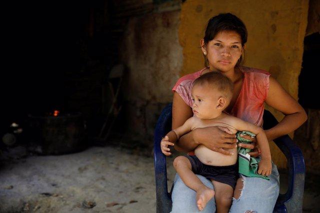 Una mujer con su hijo en San Francisco de Yare, en Venezuela