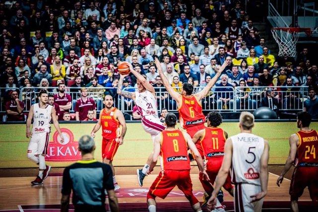 El jugador letón Aigars Skele, en un partido ante la selección española de balon
