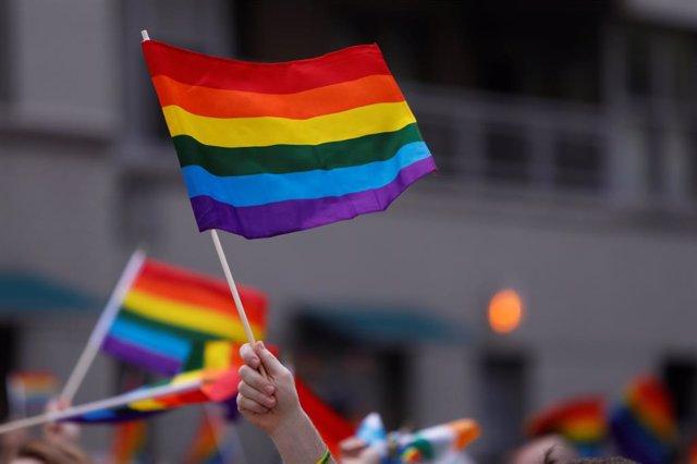 Bandera arcoiris durante una marcha en Nueva York
