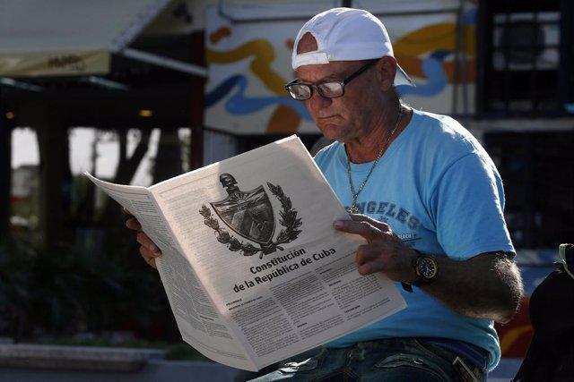 Un hombre lee el borrador de la nueva Constitución de Cuba