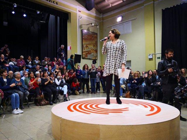 La alcaldesa de Barcelona, Ada Colau, en un acto en el Casinet d'Hostafrancs