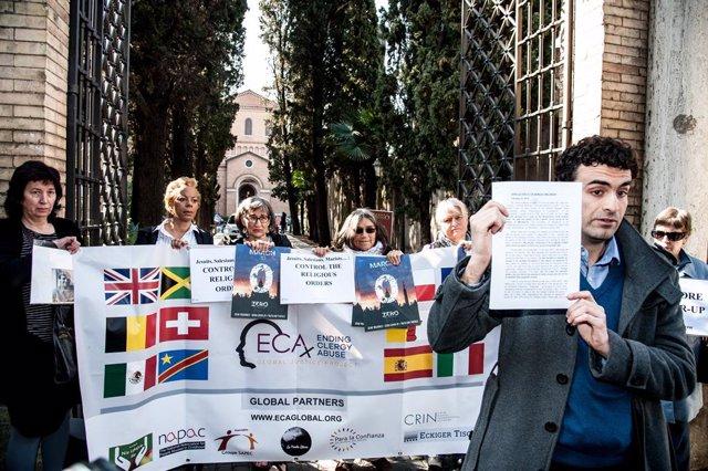Víctimes de l'abús sexual per part de l'Església protesten a Roma